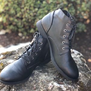 American Eagle sandy desert lace up boots black 8